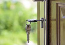 Schlüssel in Haustürschloss