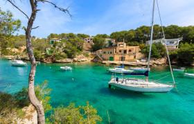 Segelboot im Hafen Mallorcas