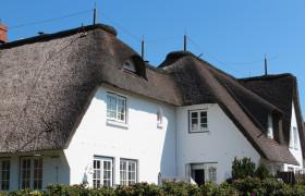 Reetdachhaus mit weißer Fassade