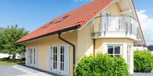 Einfamilienhaus mit gelber Fassade