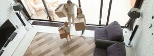 Familie beim Umzug im Wohnbereich