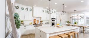 Helle Küche mit weißen Wänden