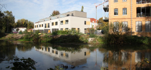 Neubauten am Fluss