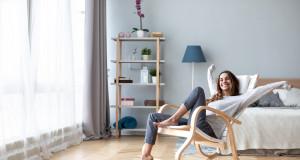 Frau in Wohnzimmer