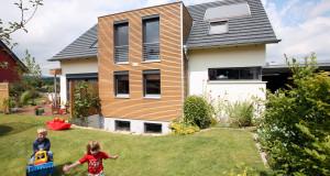 Einfamilienhaus mit spielenden Kindern
