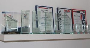 Auszeichnungen auf einem Regal