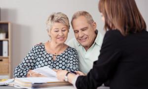 Immobilienberatung für ein älteres Paar