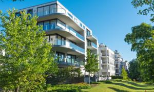 Neugebautes, modernes Mehrfamilienhaus