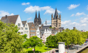 Rheinufer in Köln mit Dom-Blick