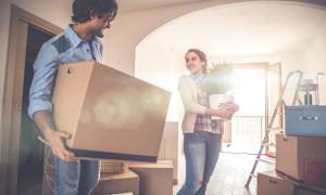 Junges Paar zieht in eigene Wohnung