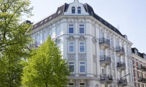 Weißes Mehrfamilienhaus