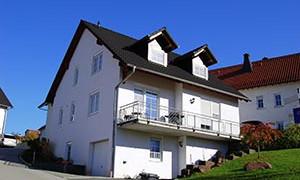 Großes Mehrfamilienhaus mit Gaube