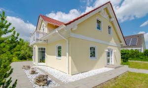Gelbes Einfamilienhaus