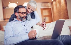 Älteres Ehepaar mit Laptop