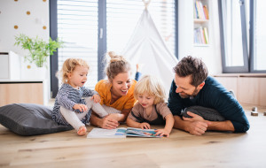 Junges Ehepaar mit Kindern
