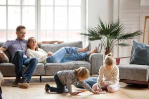 Familie in Wohnung