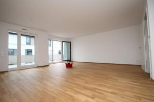 Großer Raum mit Holzfußboden