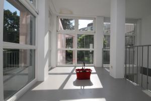 Helles Haus mit großen Fenstern