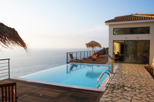 Große Terasse mit Pool und Meerblick