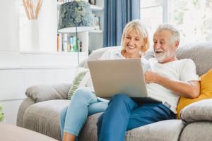 Senioren sitzen vor Laptop