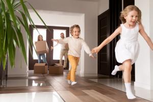 Glückliche Familie mit Kindern beim Einzug