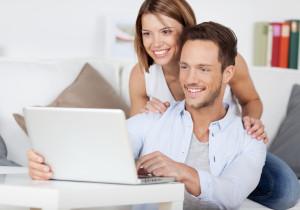 Paar am Laptop