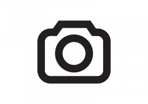 Paar sitzt auf dem Sofa