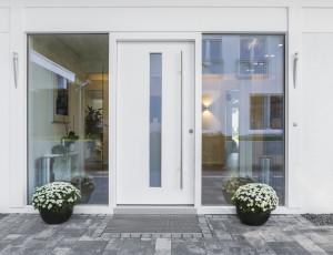 Haus mit weißer Eingangstür