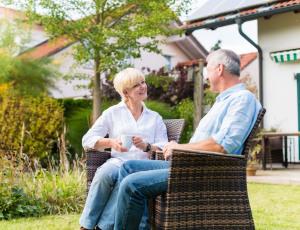 Älteres Paar sitzt im Garten