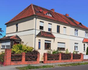 Wohnhaus mit rotem Ziegeldach