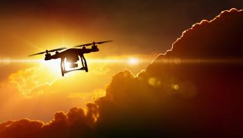 Drohne vor Sonnenuntergang