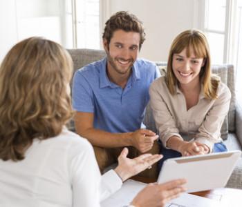 Immobilienmaklerin berät ein Paar