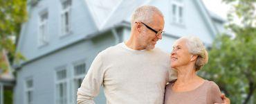 Seniorenpaar vor neuem Haus
