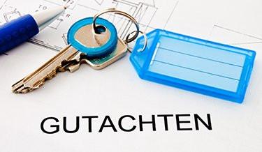 Schlüssel und Gutachten für eine Immobilie