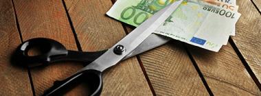 Scheere schneidet Geld