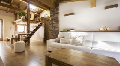 Modernes Wohnzimmer mit Holzeinrichtung