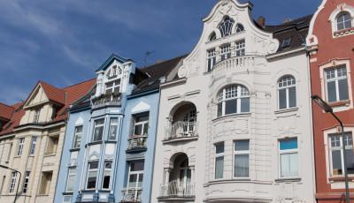 Reihenhaus mit Altbauten