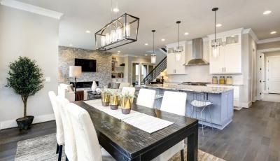 Helles Esszimmer mit Küche
