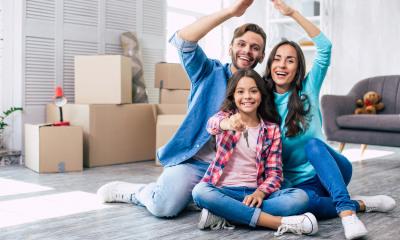 Glückliche Familie in neuer Wohnung