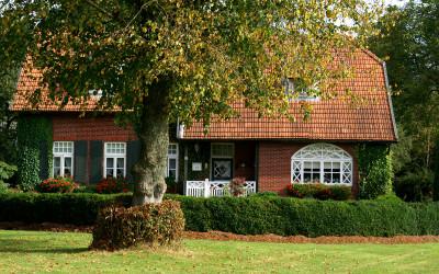 Backsteinhaus im Grünen