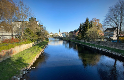 Fluß mit Brücke im Hintergrund