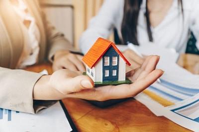 immobilien-rosenheim-muenchen-haus-wohnung-makler-agentur-volksbank-raiffeisenbank-AdobeStock_235236043-700x467