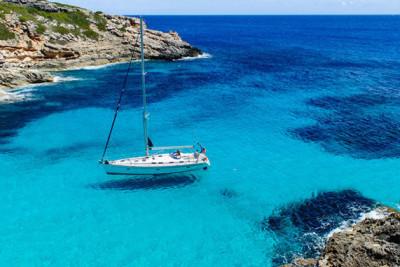 Segelboot in einer ruhigen Bucht