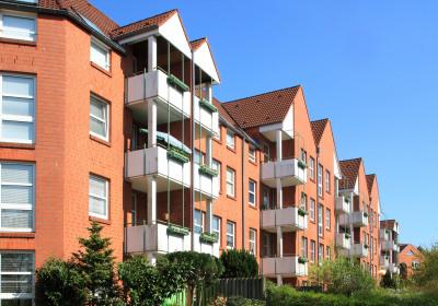 Mehrfamilienhaus mit Balkonen