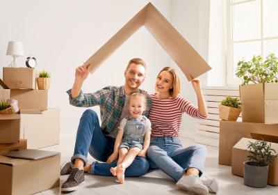Glückliche Familie in neuem Haus