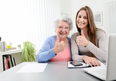 Glückliche Seniorin mit Makler