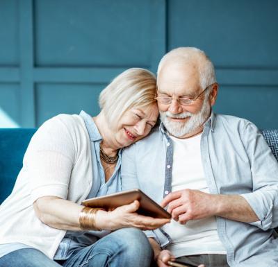 Älteres Ehepaar auf dem Sofa