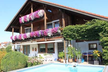 referenz-immobilien-verkauft-muenchen-makler-agentur-rosenheim-schoenes-haus-mit-pool-baeume-garten