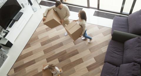 Familie beim Umzug ins neue Haus