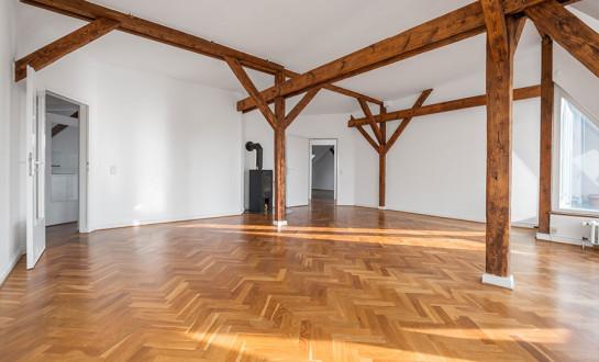 Zimmer mit Dachbalken und Parkettboden